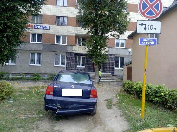 В Гродно пьяный бесправник на машине катал компанию: с оторванным колесом они пытались уехать от ОМОНа (фото) - фото 3