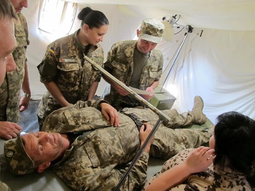 Медики учатся оказывать помощь защитникам Мариуполя (ФОТО) (фото) - фото 1