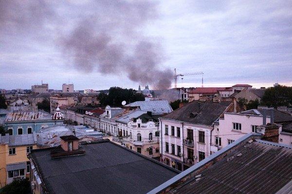 У Тернополі через пожежу на території ЖЕКу ледь не згоріла трансформаторна підстанція (фото) (фото) - фото 1