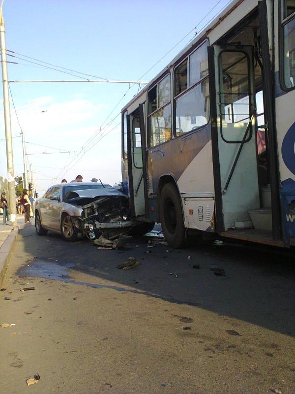 В Донецке «Крайслер» с боевиками перевернул «девятку» и протаранил троллейбус (ФОТО) (фото) - фото 4