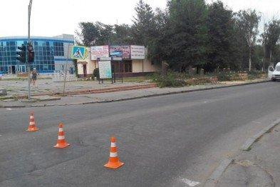 В Кривом Роге: мужчина выпал из окна, заканчивается реконструкция дороги через КРЭСовскую дамбу, криворожане блокируют Крым, фото-2