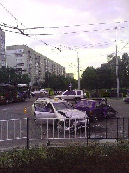 Ранкове ДТП у Львові: таксі не розминулось із іномаркою (ФОТО) (фото) - фото 1