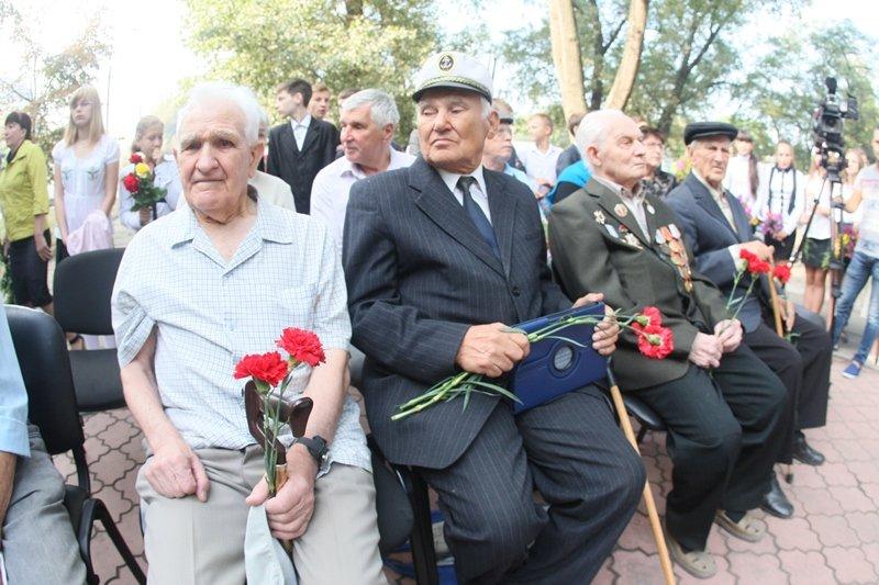 Мы благодарны тем, кто чтит сегодня бессмертный подвиг нашего народа, с этого начинается единство страны, - ветераны (фото) - фото 3
