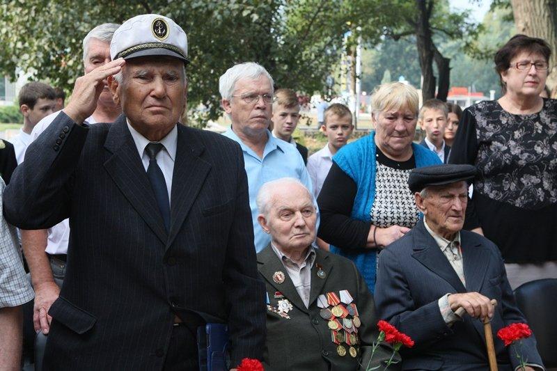 Мы благодарны тем, кто чтит сегодня бессмертный подвиг нашего народа, с этого начинается единство страны, - ветераны (фото) - фото 2