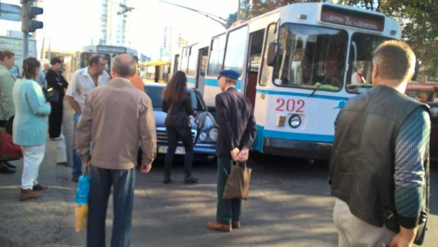 У центрі міста проїжджу смугу не поділили «мерседес» та тролейбус (Фото) (фото) - фото 2