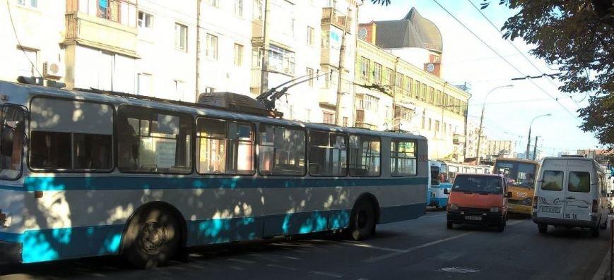 У центрі міста проїжджу смугу не поділили «мерседес» та тролейбус (Фото) (фото) - фото 1