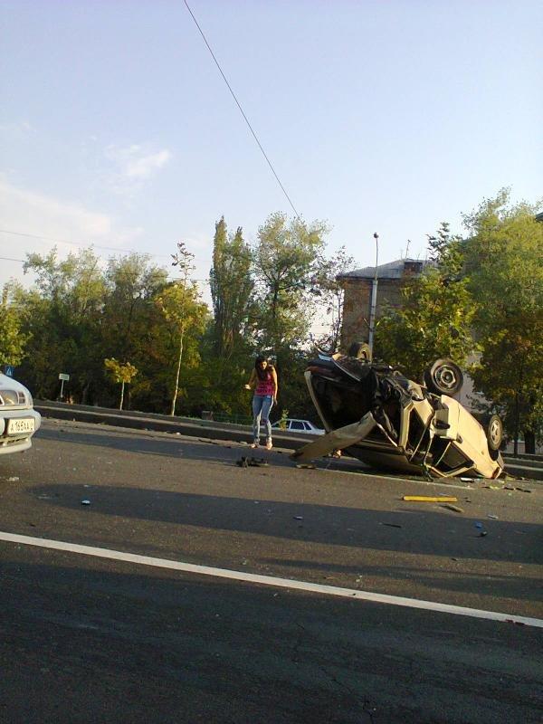 В Донецке «Крайслер» с боевиками перевернул «девятку» и протаранил троллейбус (ФОТО) (фото) - фото 1