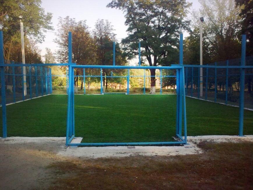 Все лучшее детям: футбольная площадка от властей Димитрова только открылась, но уже разваливается (фото) - фото 1
