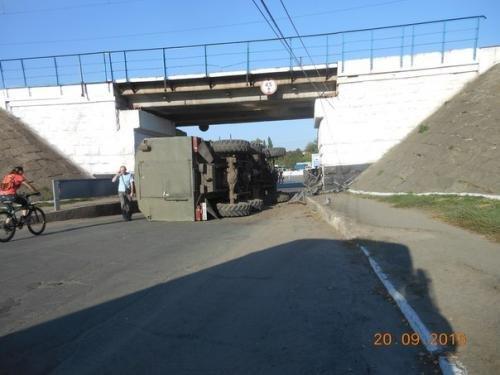 На Сумщине, избежав столкновения с легковушкой, перевернулся грузовик (ФОТО) (фото) - фото 1