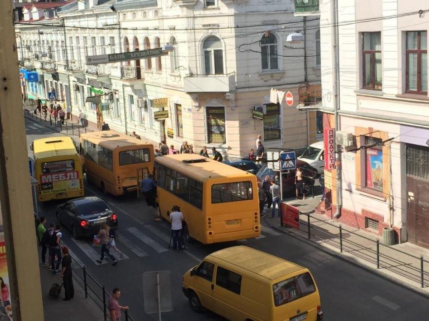 У центрі Тернополя зіткнулися маршрутки (фотофакт) (фото) - фото 1