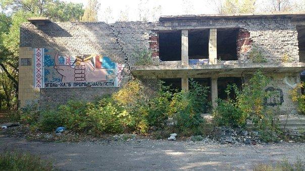 Храм культуры стал пристанищем для наркоманов в Доброполье (ФОТО) (фото) - фото 1