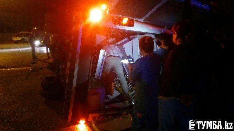 В результате аварии в Актау перевернулся автомобиль «скорой» помощи (фото) (фото) - фото 4