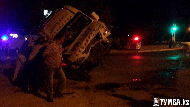 В результате аварии в Актау перевернулся автомобиль «скорой» помощи (фото) (фото) - фото 8