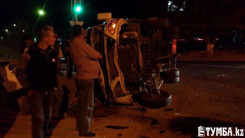 В результате аварии в Актау перевернулся автомобиль «скорой» помощи (фото) (фото) - фото 6
