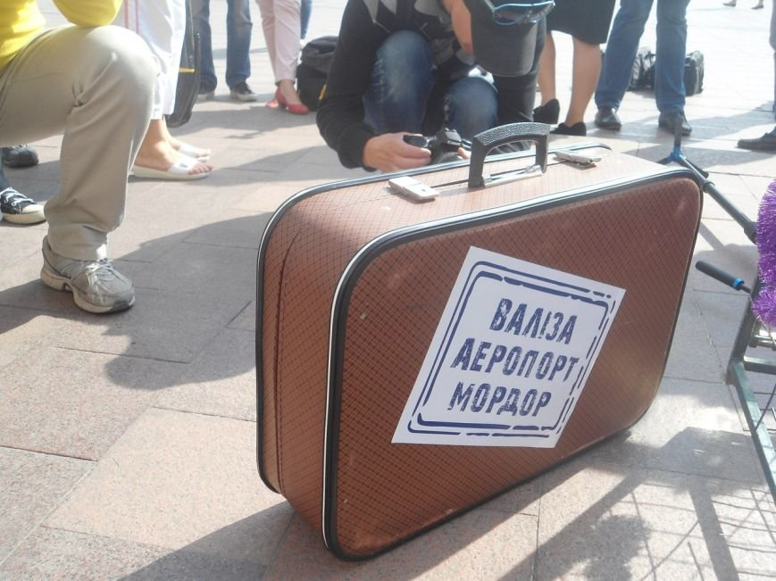 Активісти у Львові «порівняли» Лорак, Повалій та Білик із курками (фото) - фото 1
