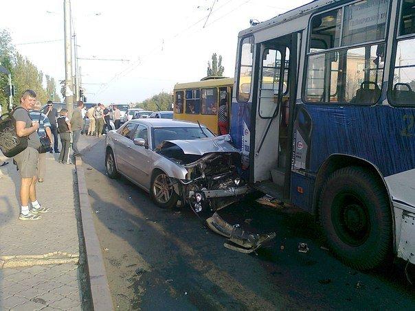 Подробности вчерашнего ДТП в Донецке: столкнулись троллейбус и два легковых автомобиля (фото) (фото) - фото 1