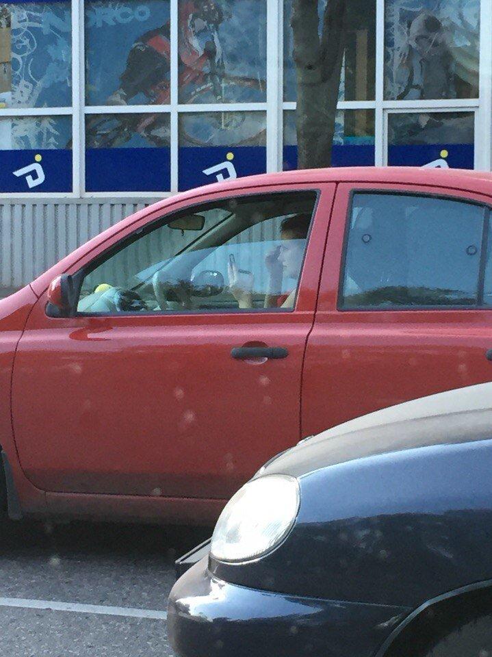 «Успеть за 90 секунд»: в ожидании «зеленой волны» криворожанка за рулем успела нанести макияж (ФОТОФАКТ) (фото) - фото 2