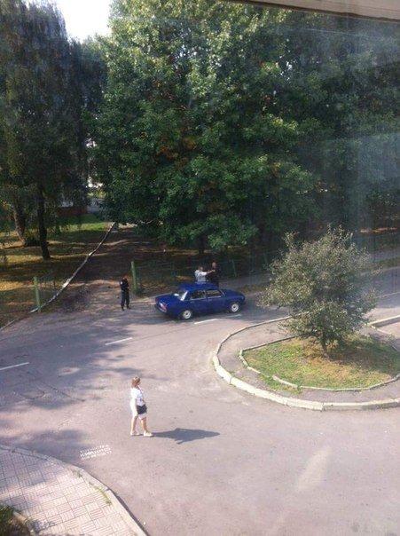 У Львові жінка повідомила правоохоронцям, що знайшла гранату поблизу школи (ФОТО) (фото) - фото 1