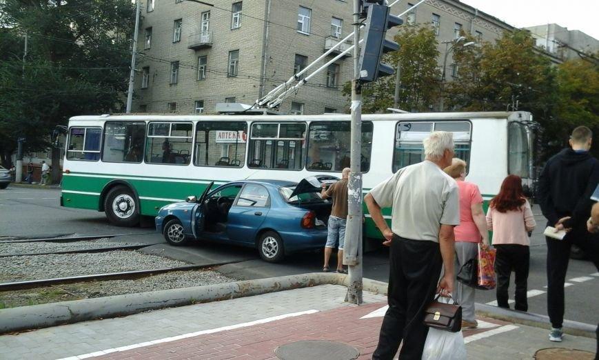 Из-за ДТП в центре Днепропетровска не ходил электротранспорт (ФОТО) (фото) - фото 1