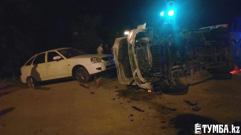 В результате аварии в Актау перевернулся автомобиль «скорой» помощи (фото) (фото) - фото 1