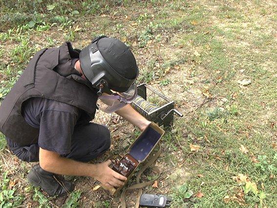 Піротехніки знищили міну, виявлену 2 дні тому у Давидківцях (фото) - фото 1