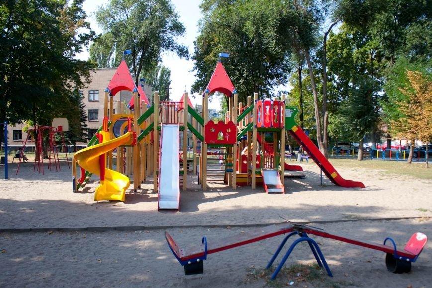 У криворожских чиновников свои качели отремонтированы и покрашены, а карусели для детей в парке - «убитые» (ФОТО) (фото) - фото 1