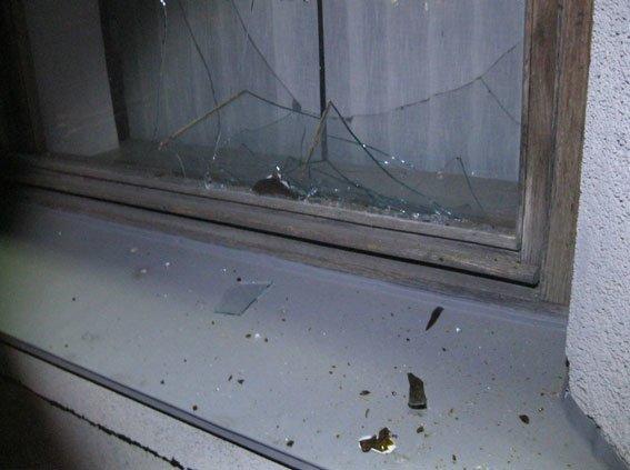 Минулої ночі 31-річний чоловік вибив вікна в будівлі Полтавської ОДА (ФОТО) (фото) - фото 1