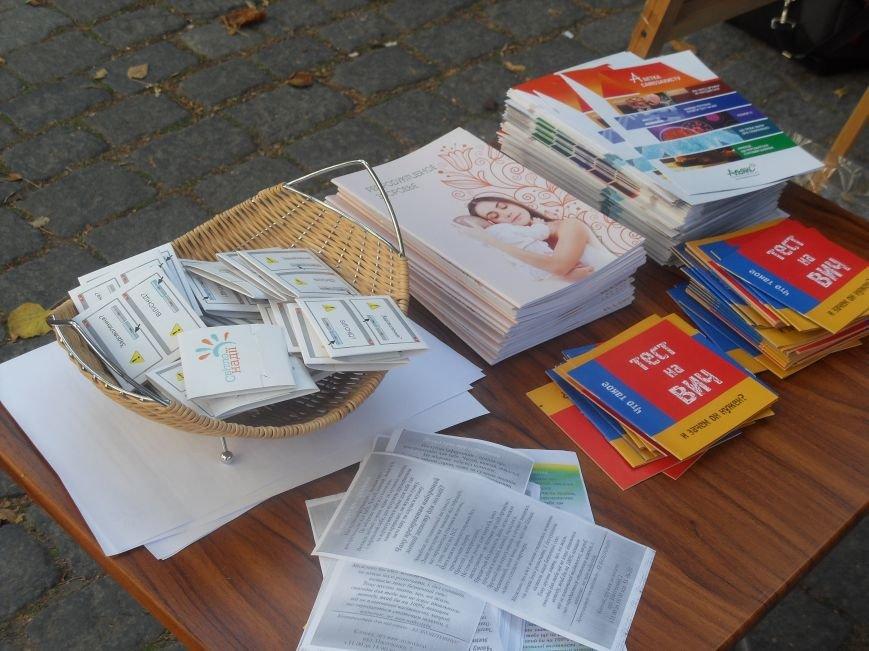 Полтавцям в центрі міста роздавали презервативи (фото) - фото 1