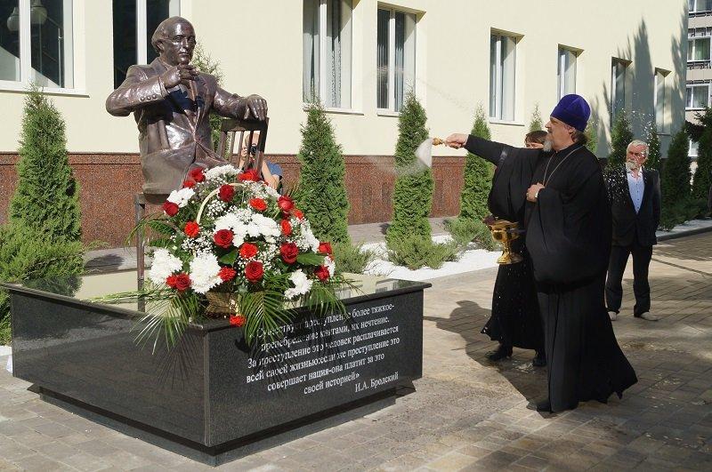 На открытии памятника Бродскому предложили занести в Книгу рекордов Гиннеса белгородскую аллею «Нобелевских лауреатов» (фото) - фото 1