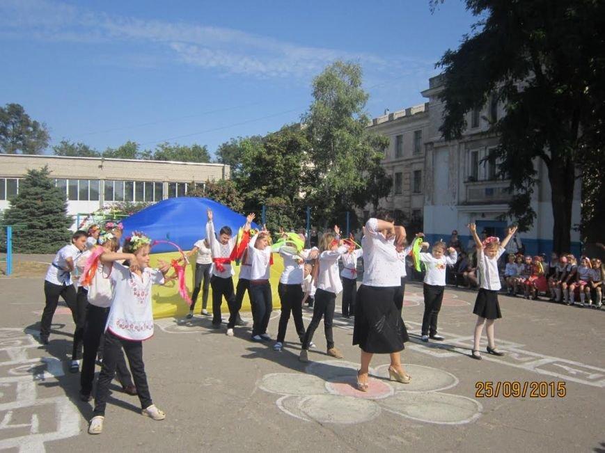 В Мариуполе школьники отметили праздник вышиванки (ФОТО) (фото) - фото 1
