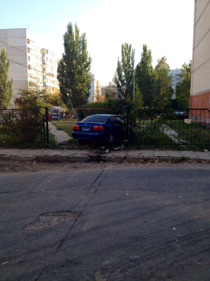 Ночью в Заволжье иномарка протаранила забор жилого дома, фото-1