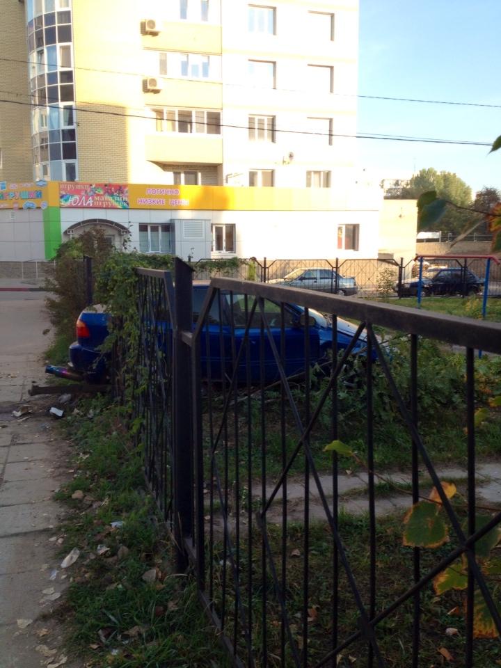 Ночью в Заволжье иномарка протаранила забор жилого дома, фото-2