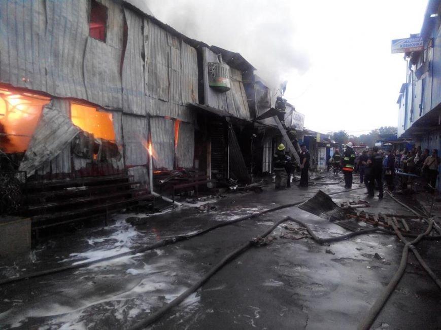 У Кам'янці палав центральний ринок. При ліквідації пожежі травмувався один вогнеборець (Фото, відео) (фото) - фото 1