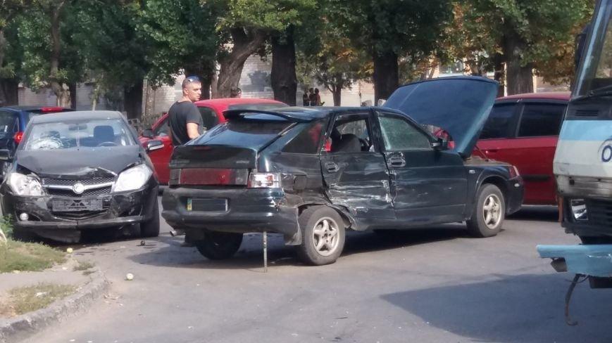 Сегодня в Кривом Роге произошло тройное ДТП   (ПОДУМАТЬ!) (ФОТО) (фото) - фото 1