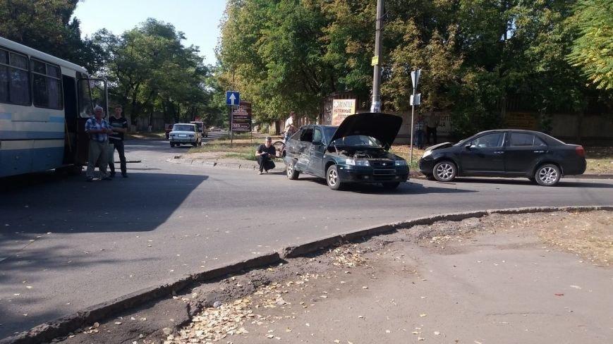 Тройное ДТП в Кривом Роге:  разбиты машины, пострадали люди    (ФОТО), фото-2