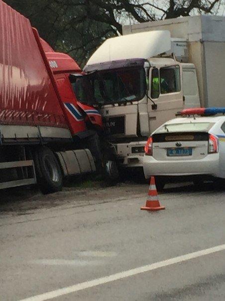 На Львівщині сталося лобове зіткнення двох вантажівок (ФОТО) (фото) - фото 1