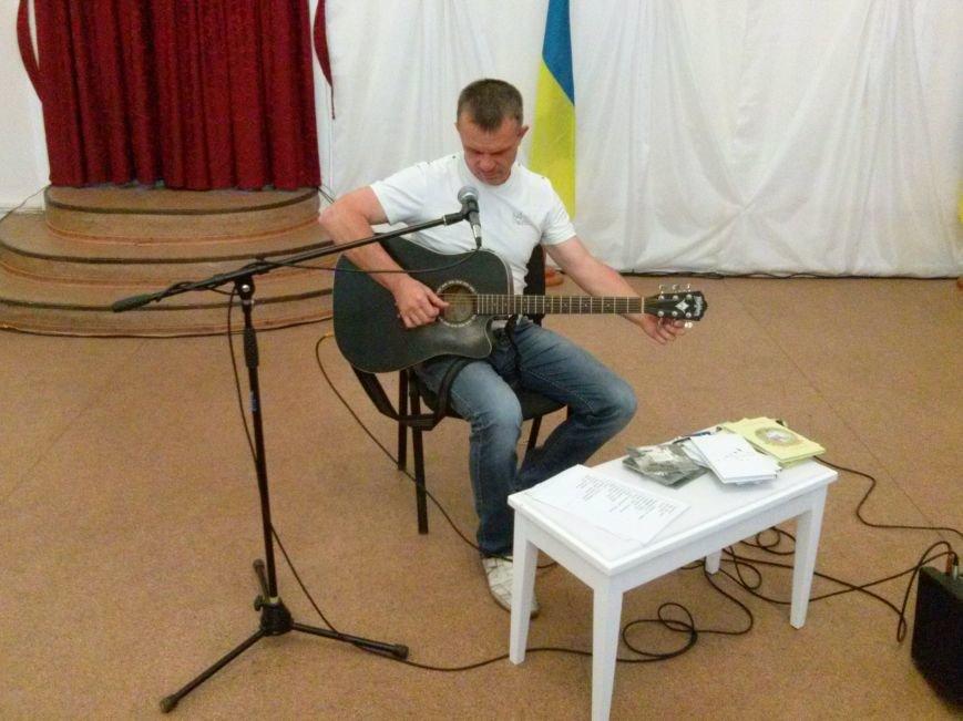 Поэт из Киева посетил защитников Мариуполя на передовой и подарил концерт жителям города (ФОТО) (фото) - фото 3
