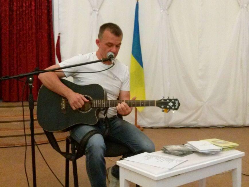 Поэт из Киева посетил защитников Мариуполя на передовой и подарил концерт жителям города (ФОТО) (фото) - фото 1