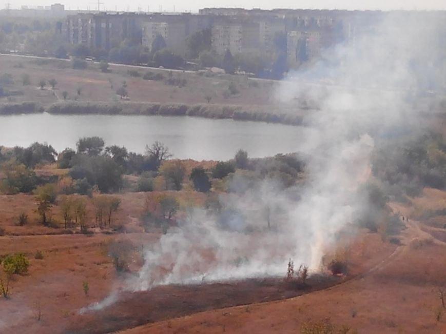 В Кривом Роге горит сухостой вокруг озера Соленое  (ФОТО, ОБНОВЛЕНО) (фото) - фото 2