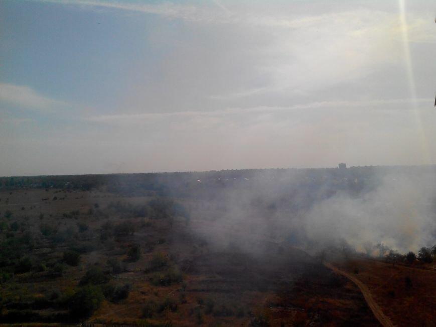 В Кривом Роге горит сухостой вокруг озера Соленое  (ФОТО) (фото) - фото 1
