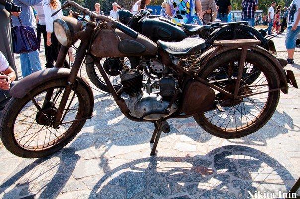 В Кременчуге устроили выставку раритетных автомобилей и мотоциклов (фото) - фото 1