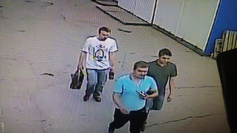 Разыскивают трех молодых людей, обокравших Центральный рынок, фото-1