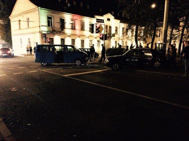 В Гродно на перекрестке ул Карла Маркса и Социалистической столкнулись две иномарки (фото) - фото 1
