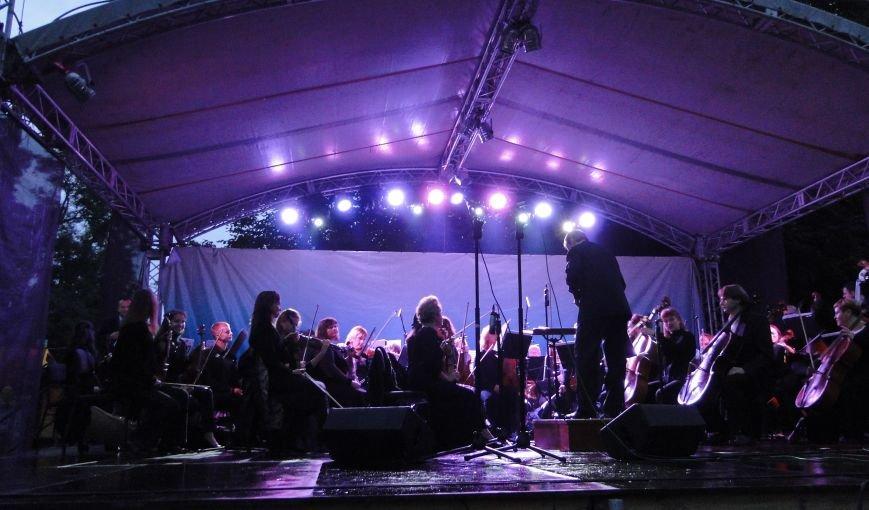 Попри зливу хмельничани відривались під «Мотор'роллу», симфонічному ж оркестру більше пощастило з погодою (Фото, відео) (фото) - фото 1