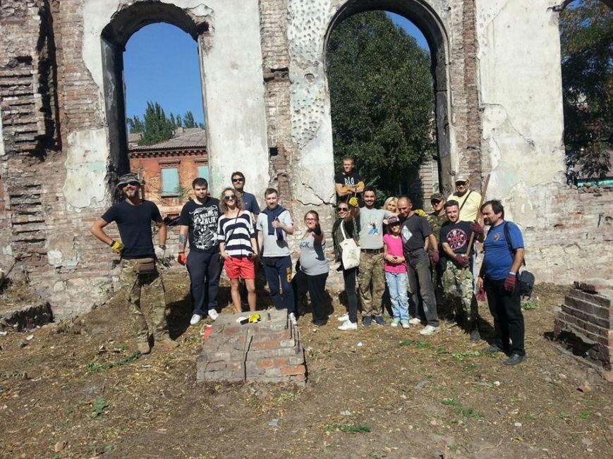 Мариупольские активисты расчистили территорию синагоги, которая может стать арт-резиденцией(Фотофакт), фото-4