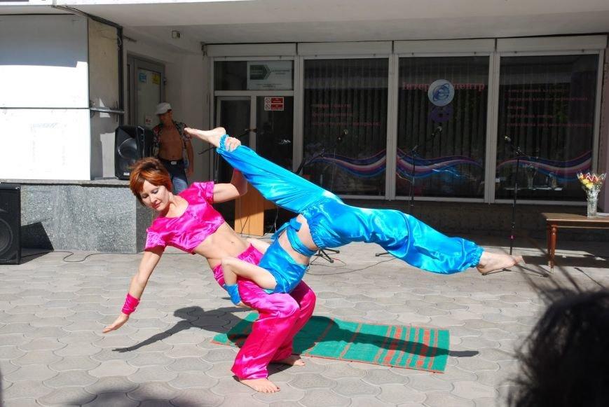 В Мариуполе посетители библиотеки встретились с сенсорными играми нового поколения  Xbox + Kinect, танцевали на поверхности  X-TREME Dance..., фото-3