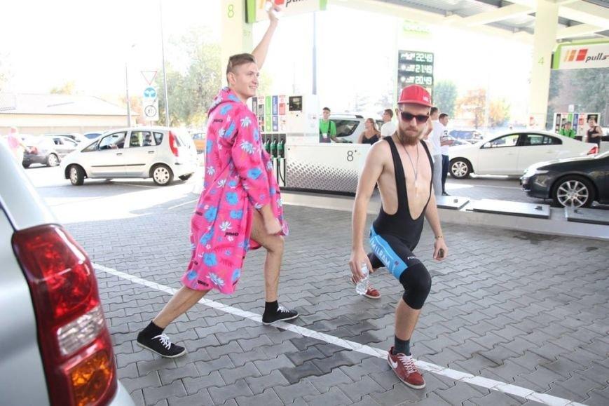 Десятки киевлян оголились ради бесплатного бензина (ФОТОФАКТ) (фото) - фото 4
