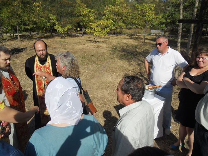 В Мариуполе в ЖМР-23 жители препятствовали освящению православного креста (ФОТО), фото-1
