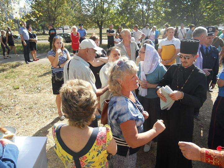В Мариуполе в ЖМР-23 жители препятствовали освящению православного креста (ФОТО), фото-3