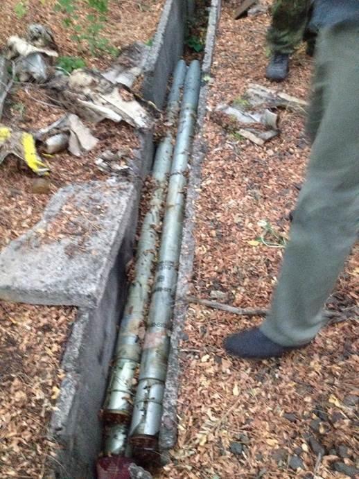 В Донецкой области возле железнодрожной станции обнаружили тайник со снарядами для «Градов» (ФОТО) (фото) - фото 1
